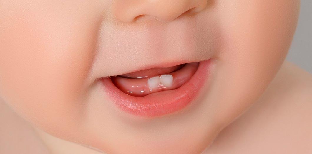 Поява перших зубів у дитини